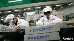 Nhân viên làm việc tại nhà máy Foxconn ở thị trấn Long Hoa trong tỉnh Quảng Đông, Trung Quốc.