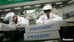 중국 광동성 룽화 지역의 폭스콘 사 공장에서 직원들이 작업 중이다. (자료사진)