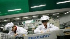 Para pekerja perakit iPhone di dalam pabrik Foxconn di kota Longhua di Guandong Selatan (foto: dok).