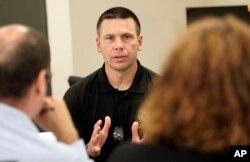 Kevin McAleenan, comisionado de Aduanas y Protección de Fronteras de Estados Unidos, habla con reporteros en el Centro de Procesamiento Central de la Patrulla Fronteriza de los Estados Unidos, el lunes 25 de junio de 2018 en McAllen, Texas. (AP Photo / David J. Phillip)
