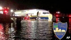 Nhà chức trách làm việc tại hiện trường báy bay trượt xuống sông ở thành phố Jacksonville, bang Florida, ngày 3 tháng 5, 2019.