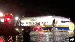 Спасатели помогают пассажирам «Боинга» выбраться из самолета. Джексонвилл, Флорида, 3 мая 2019 года