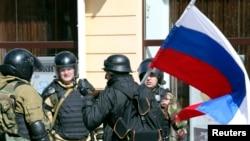 3月17日乌克兰自卫军战士在克里米亚辛菲罗波尔与手持俄罗斯国旗的市民交谈