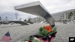 图为美国国防部员工9月9日在五角大楼举行纪念活动,缅怀10年前在五角大楼不幸丧生的无辜者