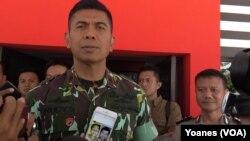 Kapolda Sulawesi Tengah Brigjen Rudi Sufahriadi memperlihatkan foto salah seorang dari DPO kelompok Santoso yang tewas tertembak di Patiwunga, Poso Pesisir Selatan (Foto: VOA/Yoanes)