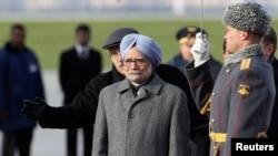 PM India Manmohan Singh (depan) disambut oleh pasukan kerhormatan Rusia setibanya di bandara Vnukovo, Moskow (20/10).