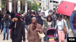 数百名抗议人士4月23日在马里兰州巴尔的摩市街头举行抗议警方迫害少数族裔。