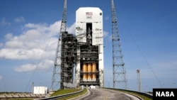지난달 24일 발사 준비 단계에 있는 오리온과 발사체 '델타 4' 로켓.
