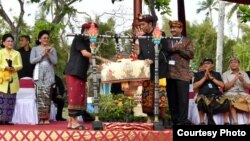 Presiden Jokowi membuka karnaval Budaya Bali dengan memukul Okokan, Jumat 12/10 (Foto: Setpres RI).