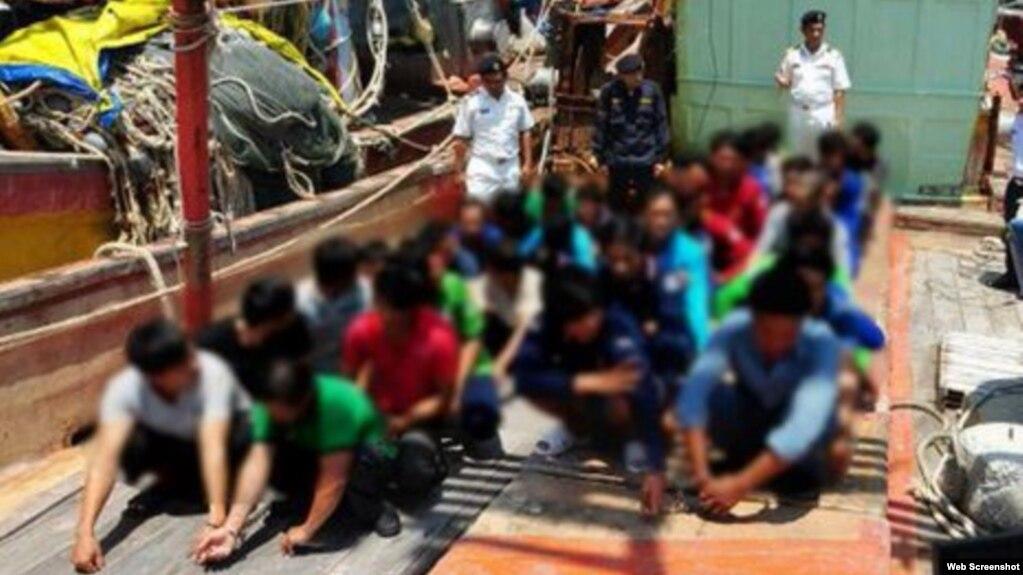 Các ngư dân Việt Nam bị Malaysia bắt giữ trong các cuộc tuần tra ngày 10/3 và 11/3. Báo cáo của EJF ghi nhận những lạm dụng nhân quyền đối với các ngư dân Việt Nam trên tàu đánh cá lậu ở hải phận nước ngoài. (Ảnh chụp màn hình VnExpress)