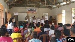 Relawan Demokrasi KPU Poso memberikan sosialisasi tata cara pencoblosan surat suara dalam pemilu serentak 17 April 2019 kepada warga desa Maliwuko, Kabupaten Poso, Sulawesi Tengah. (14/4) (Foto: VOA/Yoanes Litha)