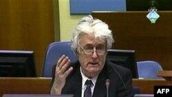 Lãnh đạo Bosnia sắc tộc Serbia, Radovan Karadzic, phát biểu trong phiên xử của ông về tội diệt chủng, tại Hague, 13/4/2010