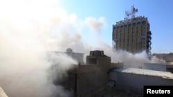 5일 폭탄 테러가 발생한 이라크 바그다드 외무부 건물 인근에서 연기가 치솟고 있다.
