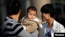 2013年11月19日中国宣布将允许数以百万计的家庭有两个孩子