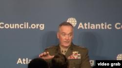 美军参联会主席邓福德上将在大西洋理事会发表讲话。
