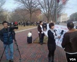 美国之音白宫前采访被拆迁户