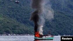 Kapal nelayan Vietnam diledakkan dan ditenggelamkan oleh AL, di Natuna di Anambas, Kepulauan Riau, 5 Desember 2014. (Foto: Antara)