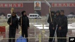 중국 천안문 광장에서 제설작업을 하는 경찰들