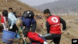 지난해 4월 북한 구장군 용천리에서 적십자 직원들이 식목 사업을 벌이고 있다. (자료사진)