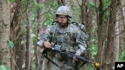 101 空降师女兵莎拉罗德里格兹正穿越树林接受战场医务证书测试