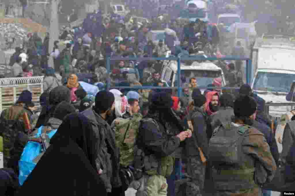 شام کے شہر حلب میں باغیوں کے زیر تسلط مشرقی حصے سے شہریوں کا انخلا چند گھنٹے تعطل کے بعد دوبارہ شروع ہو گیا۔