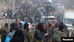 Các chiến binh nổi dậy và thường dân chờ được sơ tán khỏi một khu vực do phe nổi dậy nắm giữ ở miền đông Aleppo, Syria, 16/12/2016.