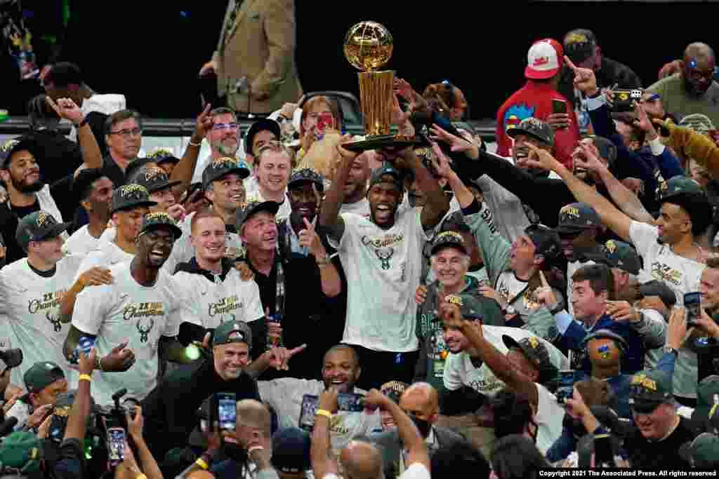 미국 밀워키에서 열린 미국프로농구(NBA) 결승전에서 밀워키 벅스가 피닉스 선즈와 대결해 우승했다.