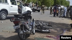 乍得保安官员在恩贾梅纳的自杀炸弹爆炸现场。 (2015年6月15日)