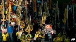 Ribuan warga Hong Kong berdemo di hari Tahun Baru untuk menuntut agar China membiarkan mereka memilih sendiri pemimpin wilayah mereka (1/1).