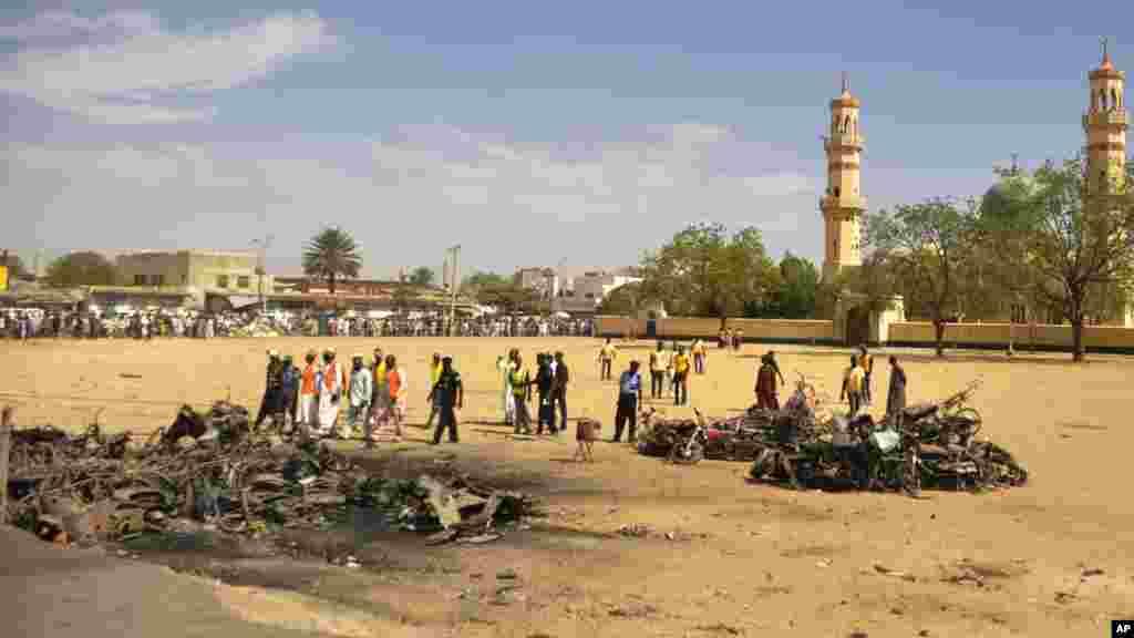Des spécialistes scrutent le lieu de l'explosion d'une bombe dans la mosquée centrale, à Kano, au Nigeria, samedi 29 novembre 2014. Plus de 102 personnes ont été tuées dans les attentats à la bombe à la mosquée centrale de Kano, a déclaré un employé de l'hôpital.
