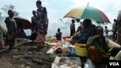 Les personnes déplacées de la ville de Sake se réunissent au camp de Mugunga sur la route de Goma, en RDC, 23 Novembre 2012. (G. Joselow.VOA)