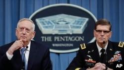 Джим Маттіс і генерал Джозеф Вотел на прес-конференції 11 квітня у Пентагоні