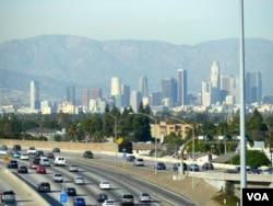 高速公路连接机场和市中心(美国之音国符拍摄)