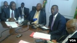 Finance Minister Patrick Chinamasa meeting with African Development Bank officials in Harare. (VOA)
