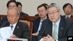 14일 한국 국회 외교통상통일위원회에서 북한 로켓발사관련 질의에 답변하는 김성환 한국 외통부 장관(오른쪽).