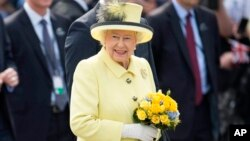 FILE - Her Majesty Queen Elizabeth II visits the Brandenburg Gate during the Royal State Visit to Germany.