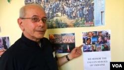 2014年9月10日,纽约圣乔治学院的彼得·谢什卡牧师指着走廊墙壁上的海报,上面显示一些被亲俄分离分子打死的乌克兰人。