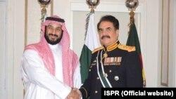 جنرل راحیل سعودی وزیر دفاع کے ہمراہ (فائل فوٹو)