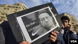 """La creatividad no falta en las protestas exigiendo la renuncia de Mubarak, en este caso, usando el slogan de la firma Nike, proponen """"Vete.. simplemente halzo"""""""