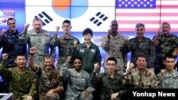 박근혜 한국 대통령이 22일 미한연합사 훈련 현장을 방문해 군 관계자와 장병들을 격려했다.