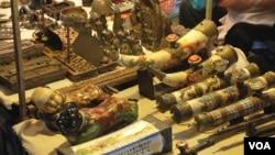 去老挝首都万象购买象牙制品的顾客,大多来自中国。(美国之音朱诺拍摄,2018年2月18日)
