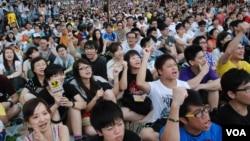 反對國民教育科集會死亡主辦單位表示,約4萬人出席在添馬公園舉行的集會,有大學生等將接力絕食。