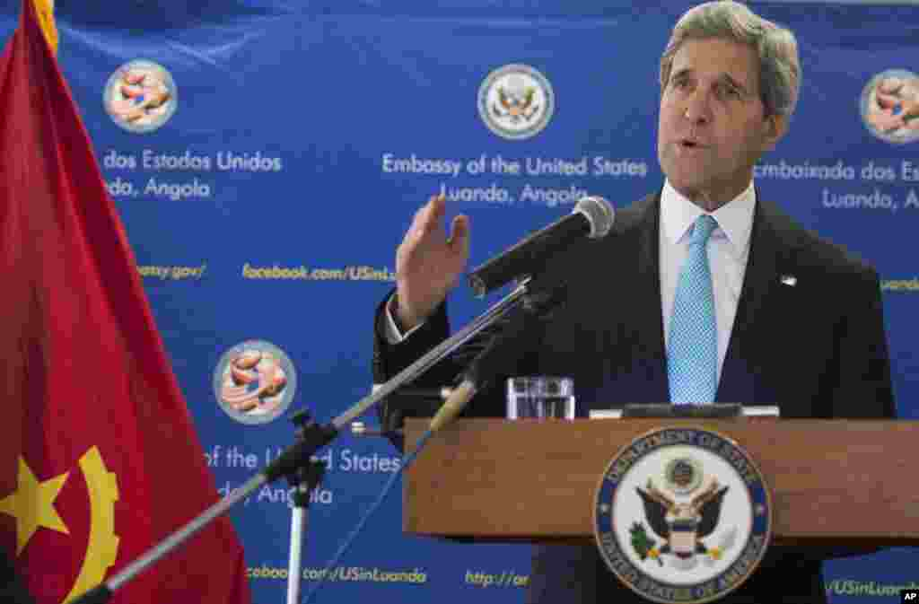 U.S. Secretary of State John Kerry holds a media conference praising oil-rich Angola's leadership for solving  conflicts on the African continent, in Luanda, Angola, May 5, 2014.