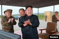 Північнокорейський лідер Кім Чен Ун керує запуском ракети Hwasong-12 на цій недатованій фотографії, оприлюдненій Центральним інформаційним агентством Кореї (KCNA) 16 вересня 2017 року.