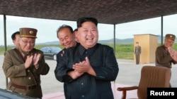 មេដឹកនាំប្រទេសកូរ៉េខាងជើងលោក Kim Jong Un បានដឹកនាំការបាញ់កាំជ្រួចមីស៊ីល Hwasong-12 កាលពីថ្ងៃទី១៦ កញ្ញា ២០១៧។