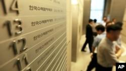 Pekerja di Korea Hydro & Nuclear Power Co. terlihat di perusahaan mereka di Seoul setelah pihak berwenang menyita dokumen-dokumen dan komputer di industri nuklir Korea Selatan, 20/6/2013.