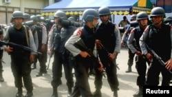 Beberapa anggota polisi melakukan patroli di Ambon (foto: dok). Ledakan di Pasar Mardika Ambon Senin dini hari (1/10) diduga untuk meresahkan masyarakat.