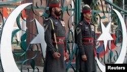 Пакистанские военнослужащие участвуют в церемонии спуска флага на пограничном КПП в Вагах на индопакистанской границе, в 20 км от Лахора (архивное фото)