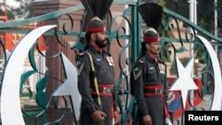 Пакистанські військові беруть участь у щоденній церемонії приспускання прапора на кордоні з Індією
