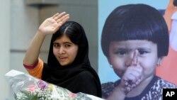 2013年10月11号马拉拉在国际女童日为女孩们受教育演讲后向人们挥手致意。